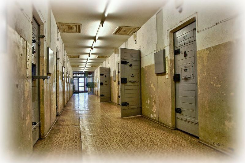 Schlafentzug war das wirksamste Mittel, um die häufig schon vorformulierten Geständnisse zu erpressen: Die Verhöre eines Gefangenen fanden wenn nötig im Halbstundentakt über Tage statt, an Schlaf war nicht zu denken.