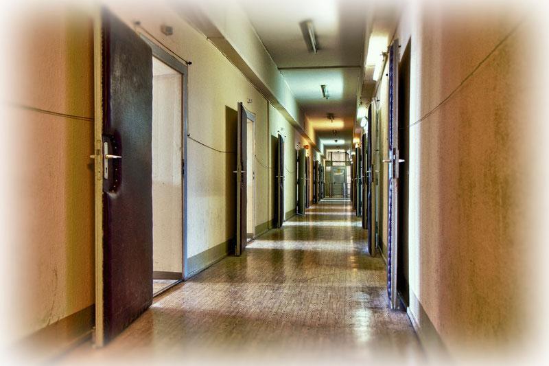 Wie die Perlen an der Schnur reihen sich die schalldichten Verhörräume in diesem Korridor.