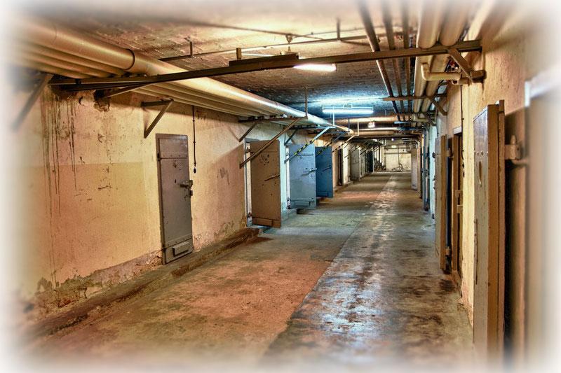 Sanitäre Einrichtungen gab es in den überbelegten Zellen nicht: Ein Kübel wurde von bis zu zwölf Gefangenen als Toilette benutzt und Läuse, Ruhr und Cholera waren ständige Begleiter.