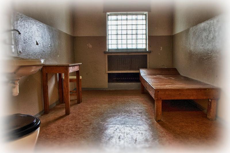 Tagsüber durfte der Häftling nicht auf der Holzpritsche liegen: Er musste auf dem ungepolsterten Hocker sitzen, ohne sich an die Wand anlehnen zu dürfen.