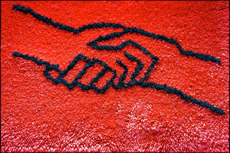 Flauschig: Geknüpfter Wandteppich mit dem SED-Logo