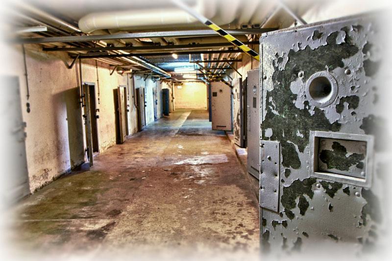 """Für politische Gefangene hatte der Sowjetische Geheimdienst 1946 die ersten Zellen im feuchten, fensterlosen Keller einer ehemaligen Großküche eingerichtet. Die Gefangenen nannten dieses Verlies schnell das """"U-Boot""""."""