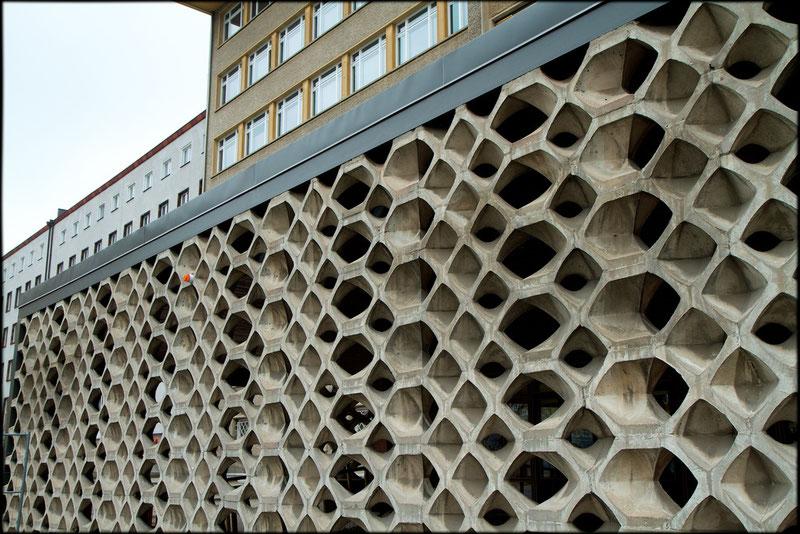 Gegen den neugierigen Klassenfeind: Eine Sichtschutz-Wand vor dem Eingang von Haus 1