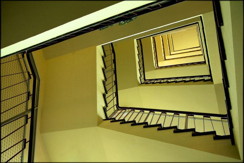 Zitronengelb im grauen Haus: Treppenhaus in Haus 1
