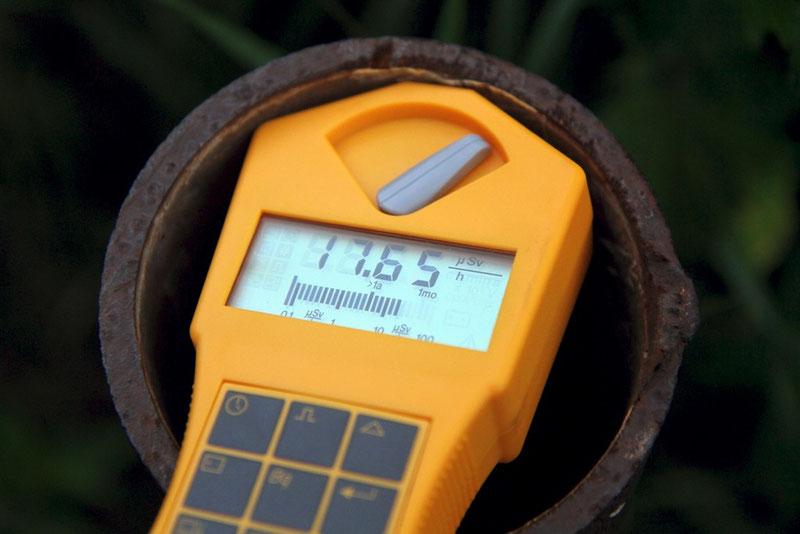 Spitzenreiter: Im Innenbereich des Rohres steigt die Ortsdosisleistung spontan auf 17,65 Mikrosievert pro Stunde an (das 126fache der Hintergrundstrahlung).