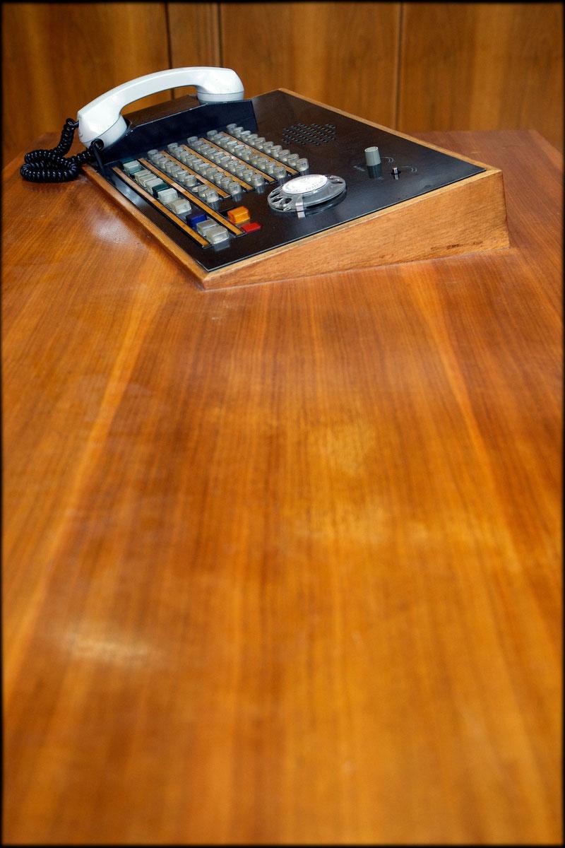 Damals hochmodern: Telefon-Anlage auf dem Schreibtisch von Erich Mielkes langjähriger Sekretärin, Genossin Major Drastow