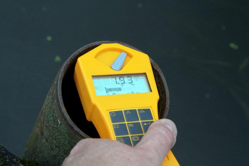 Im Inneren des Rohres steigt die Ortsdosisleistung schnell auf 1,93 Mikrosievert an (das 14fache der Hintergrundstrahlung).