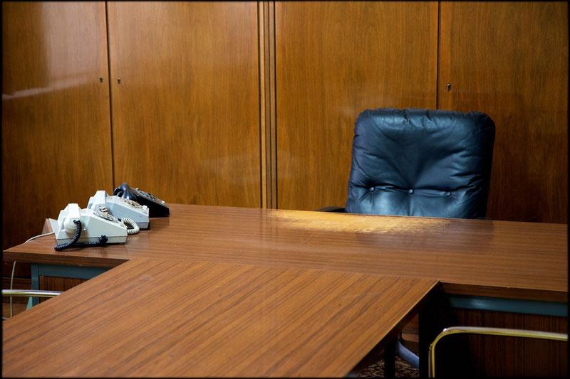 Abgewetzt: Schreibtisch von Mielkes Sekretariatsleiter, Generalmajor Hans Carlsohn. Hier wurde wirklich gearbeitet, wie die abgenutzte Schreibtischplatte verrät.