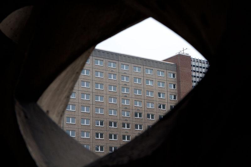 Grau in grau: Blick durch die Sichtschutz-Wand auf Haus 15