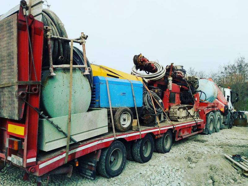 Bilico con rimorchio ribassato e gru per trasporto a Trento