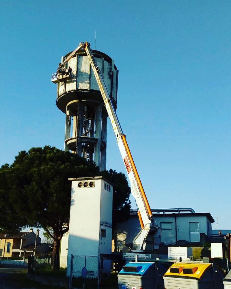Rimini gru piattaforma aerea 46 metri torre piezometrica Cesena. I servizi di Riminigru www.riminigru.net 0541731264.