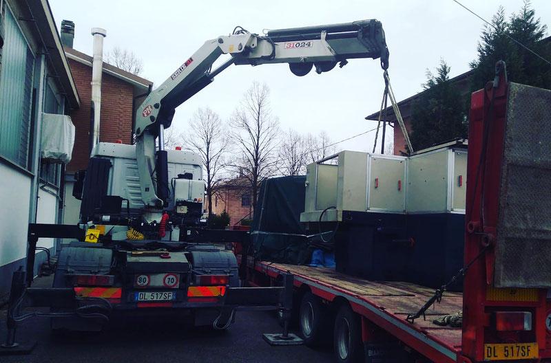 Bilico con rimorchio ribassato e gru per trasporto macchinario a Modena San Marino