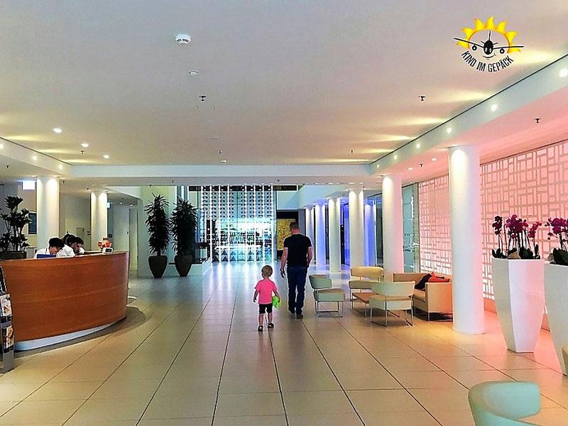 Die moderne, freundliche Eingangshalle mit Rezeption im Hotel Säntispark.