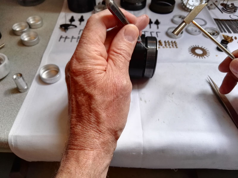 Montage de la goupille de blocage de la bague moletée