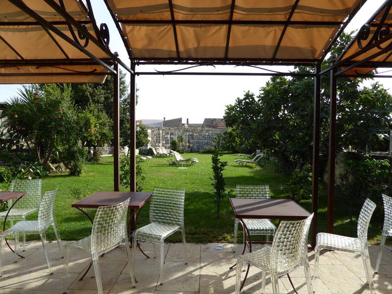 Garten mit Frühstücksbereich Hotel Maison Tresnuraghes