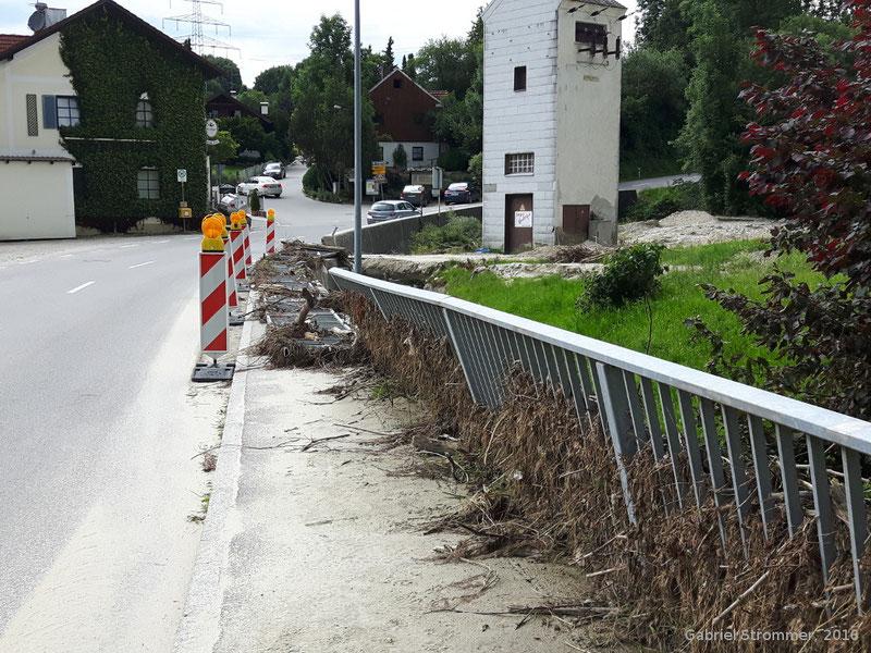Umgedrückte Straßengeländer vor der Mündung des Holzhamer Bachs in den Aichbach nahe Kirchberg am Inn