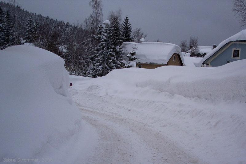 Schneemassen im Ort Mitterbach am Erlaufsee im Februar 2006