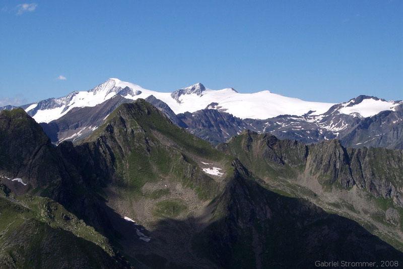 Blick von der Scheibe zur Venedigergruppe (von links nach rechts: Großvenediger (3657 m), Rainer Horn (3559 m), Weißspitze (3300 m))