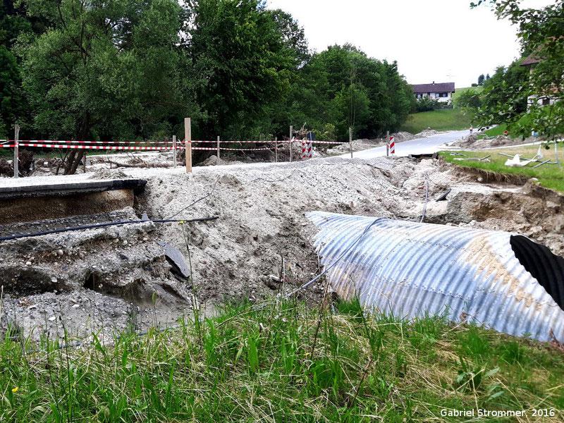Durch den Simbach schwer beschädigter Straßendamm der PAN4 zwischen Kirchberg am Inn und Obersimbach