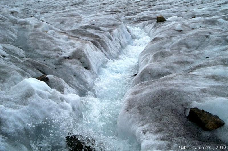 Großer Schmelzwasserbach auf Gletscheroberfläche