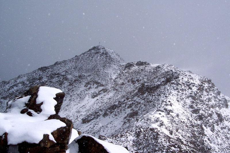 Mittlere Guslarspitze (3128 m) mit Neuschnee von der Hinteren Gusarspitze (3147 m) aus gesehen