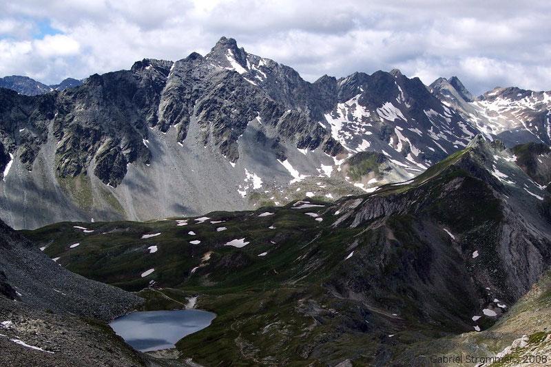 Blick von der Roten Lenke über Bödensee und Neue Reichenberger Hütte hinweg zum Panargenkamm mit dem Keeseck (3173 m) in der Bildmitte