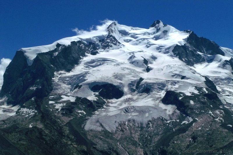 Blick auf den Monte Rosa mit Nordend (4609 m) in der Bildmitte und Dufourspitze (4634 m) rechts