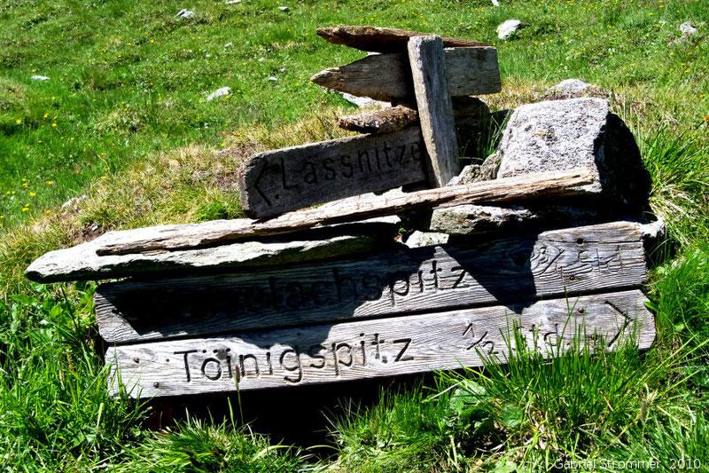"""Alte Wegweiser aus Holz beim Aufstieg zur Toinigspitze. In meiner Kindheit waren solche hölzenen Wegweiser die Regel. Mittlerweile wurden fast alle durch weniger romantische aber der """"Norm"""" entsprechenden gelbe Metalltafeln ersetzt"""