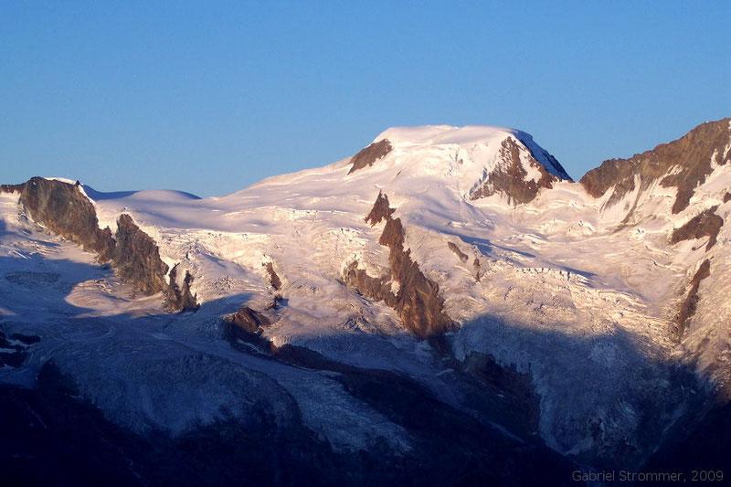 Alphubel (4206 m) von der Weissmieshütte (2726 m) aus gesehen