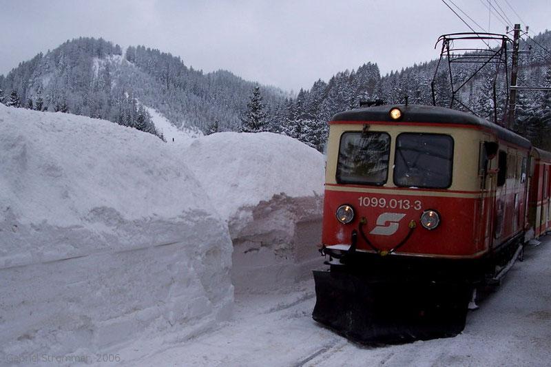 Lok der Mariazellerbahn neben riesigen Schneehaufen im Bahnhof Gösing im Februar 2006