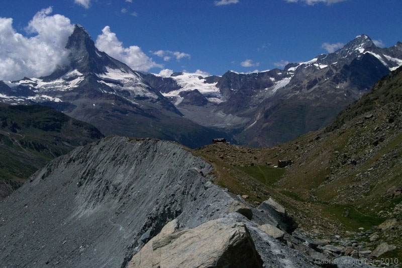 Blick über Fluhalp (2620 m) zu Dent Blanche (4357 m) rechts und Matterhorn (4477 m) links