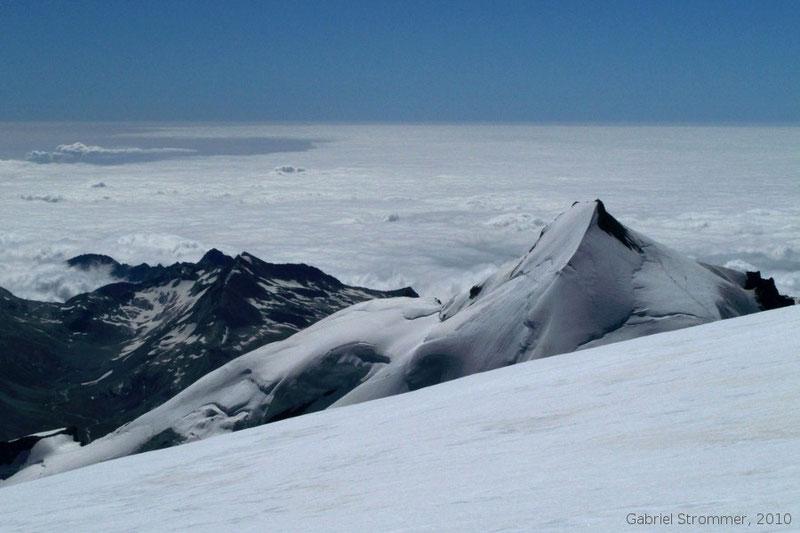 Blick von der Alphubel Richtung Südosten. Rechts im Bild ist das Allalinhorn (4027 m) zu sehen.