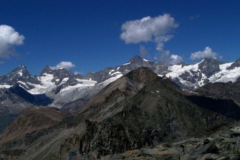 Blick von der Pfulwe (3314 m) über das Oberrothorn (3414 m) zu Zinalrothorn (4221 m) im mittleren und Obergabelhorn (4063 m) und Dent Blanche (4357 m) im linken Bildhintergrund