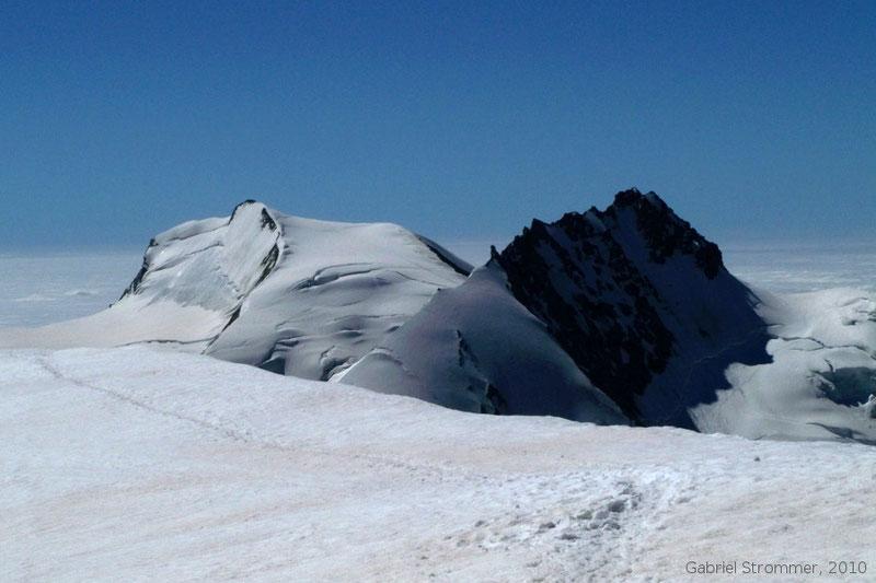Blick vom Gipfel der Alphubel (4206m) auf Rimpfischhorn (4198 m) rechts und Strahlhorn  (4190 m) links