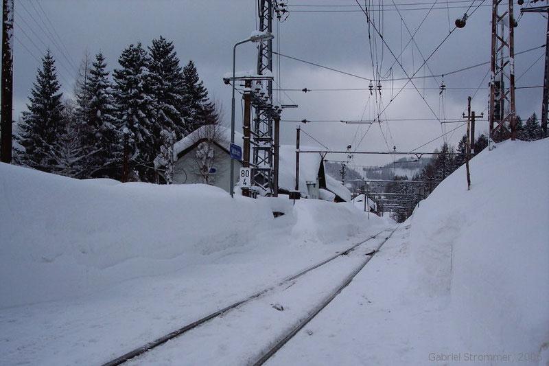 Schneemassen in der Haltestelle Mitterbach am Erlaufsee im Februar 2006