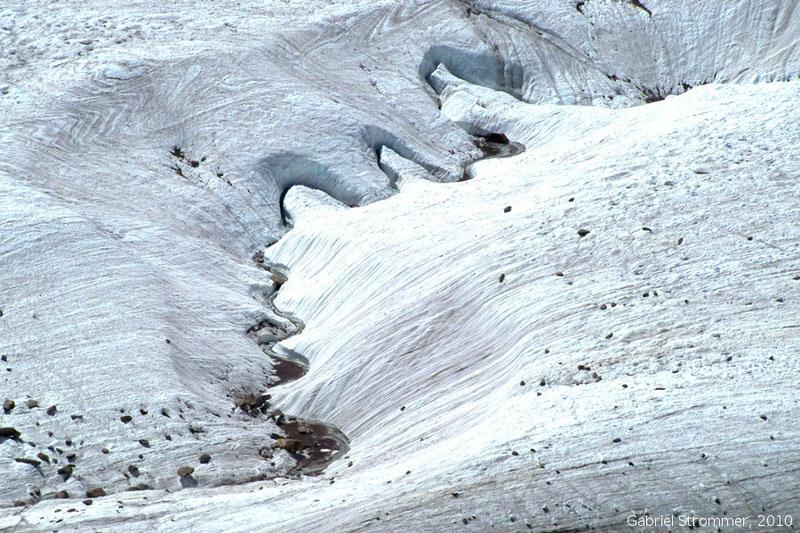 Mäander eines Schmelzwasserbaches auf der Gletscheroberfläche