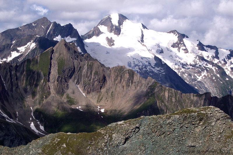 Blick von der Finsterkarspitze über die Gösleswand (2912 m) rechts vorne hinweg zu Daber Spitze (3402 m) links hinten und vergletscherter Rötspitze (3496 m) im mittleren Bildhintergrund