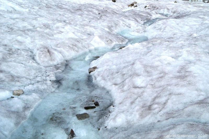 Kleiner Schmelzwasserbach auf Gletscheroberfläche