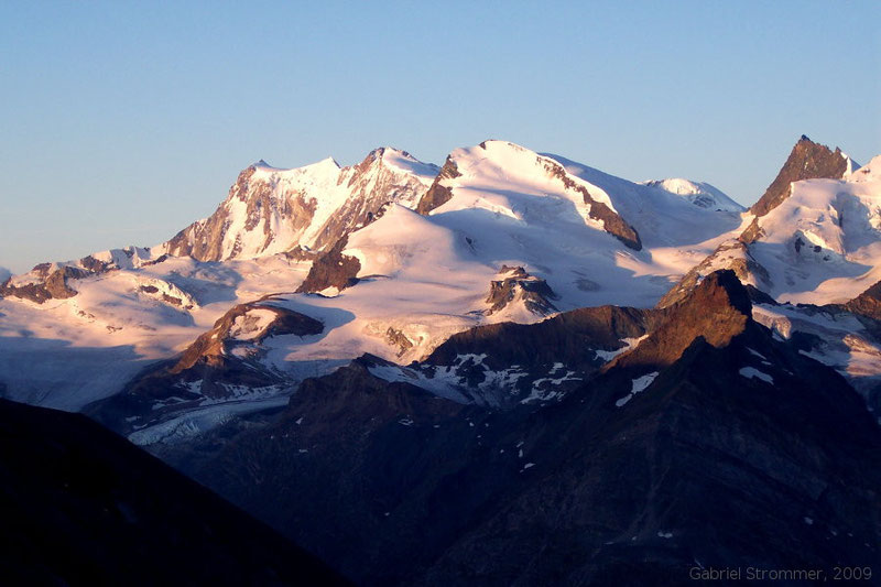 Bergwelt im Licht der Morgensonne mit dem Strahlhorn (4190 m) in der Bildmitte