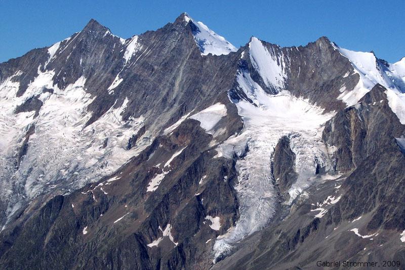 Blick vom Westgrat des Lagginhorn zu Dom (4545 m) in der Bildmitte und Täschhorn (4491 m) links
