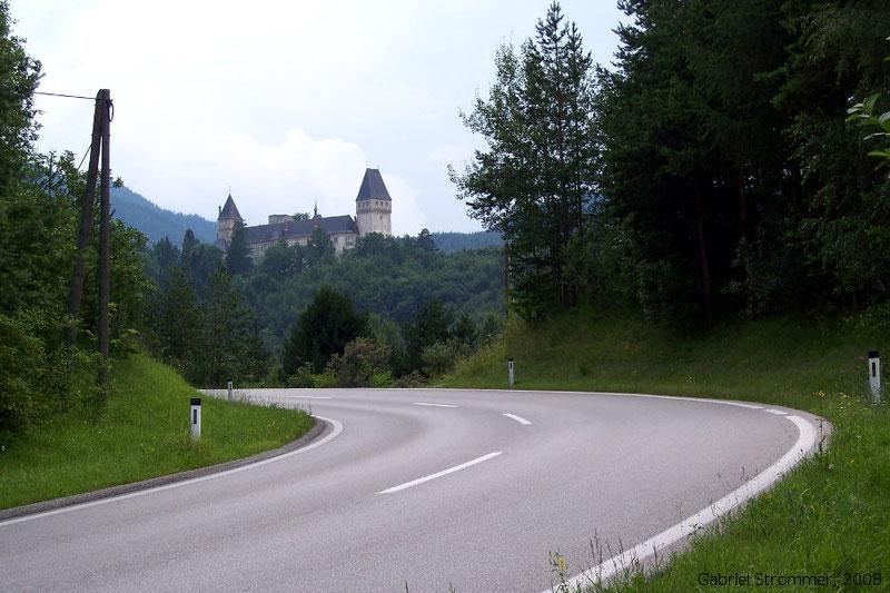 Straße bei Schlagl (Gloggnitz) mit Schloss im Hintergrund 2008