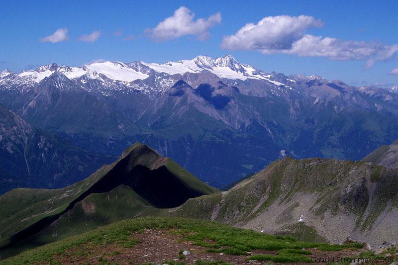 Blick von der Scheibe über Lunebischhöhe und Granatspitzgruppe hinweg zum Großglockner (3798 m)