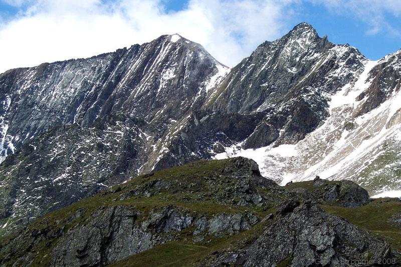 Blick von einer nahe des Eissees gelegenen Anhöhe zu Kreuzspitze links und Tulpspitze sowie Zopetscharte rechts