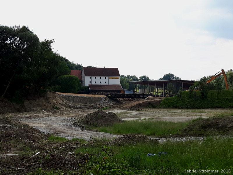 Weggerissener und wieder hergestellter Damm der Straße zum Schulzentrum in Simbach