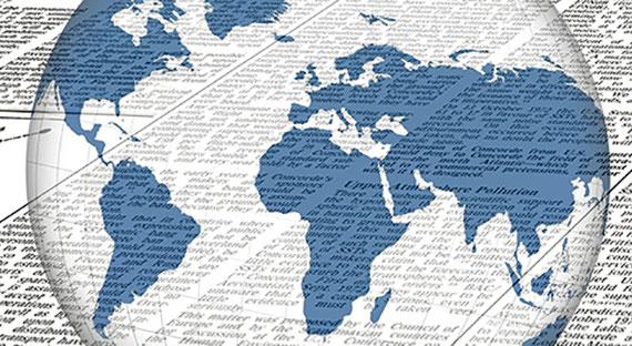Weltkugel und Zeitung