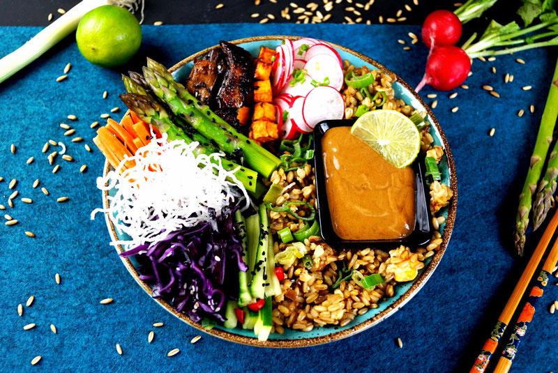 Vegetarische Bowl mit viel  Gemüse, Hafer und Erdnußsauce