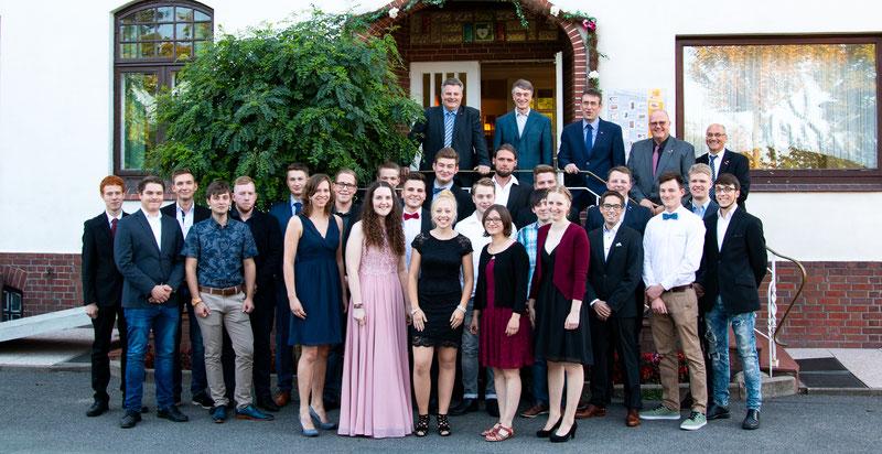 Die 24 frisch freigesprochenen Junggesellen und Junggesellinnen der Tischler-Innung Stade freuen sich über ihren beruflichen Erfolg mit den Lehrern der BBS und dem Vorstand der Tischler-Innung Stade