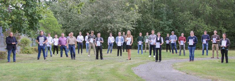 Die 23 frisch freigesprochenen Junggesellen:innen der Tischler-Innung Stade freuen sich über ihren beruflichen Erfolg mit Teilen des Vorstandes der Tischler-Innung Stade und dem Altgesellen Hauke Jarck.