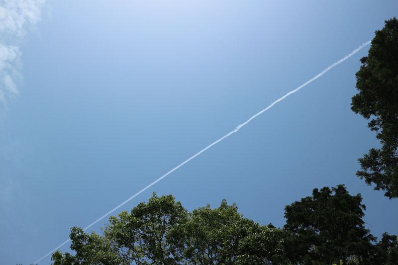 京都市下京区四条烏丸の心療内科、メンタルクリニック、青空と飛行機雲
