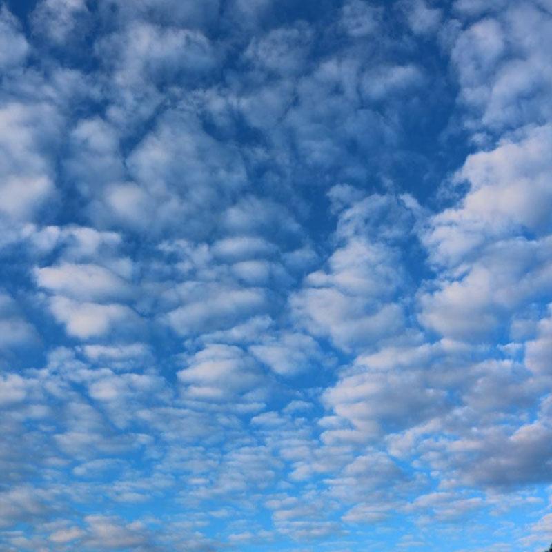 京都市下京区四条烏丸の心療内科、メンタルクリニック、青空と雲